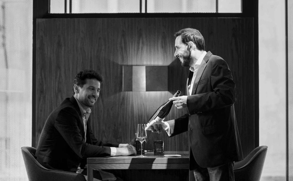 Imagen de Banzai Foto, cortesía de Murri, en la que aparece David Rabasa ofreciendo uno de sus líquidos mágicos.